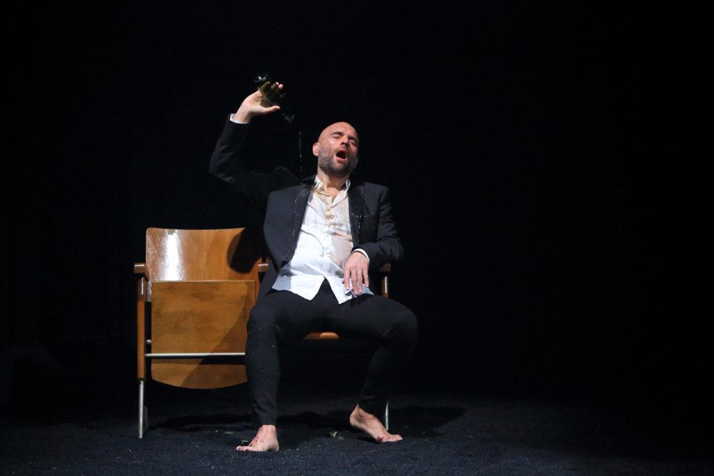 Xavier Sabata en la versió escènica de Winterreise de Schubert per Rafael R. Villalobos (2020)